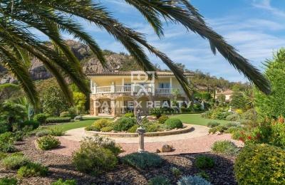 Villa con magnifico parque paisajista de 5000m2 ubicada en una prestigiosa urbanización de Santa Cristina d`Aro