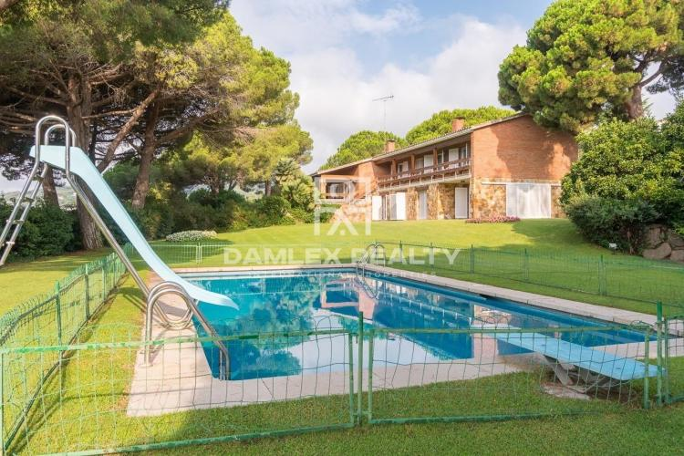 Magnífica villa con una gran parcela en una de las mejores urbanizaciones de Costa Marseme