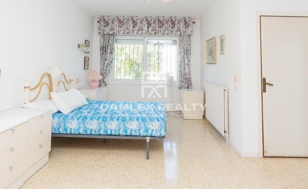 Encantadora casa en las alturas de una urbanizacion de Lloret con vistas al mar y a la colina verde.