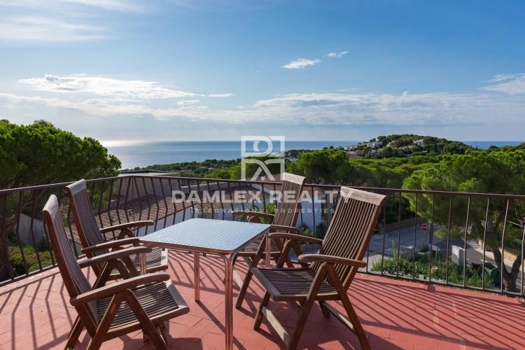 Casa con espetaculares vistas al mar y las  montañas