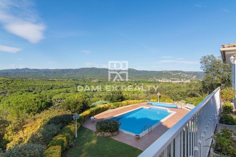 Casa en la urbanización Golf Costa Brava con espectaculares vistas al valle y la montaña
