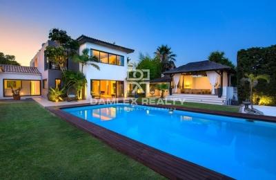 Villa moderna en la urbanización entre Marbella y Estepona.