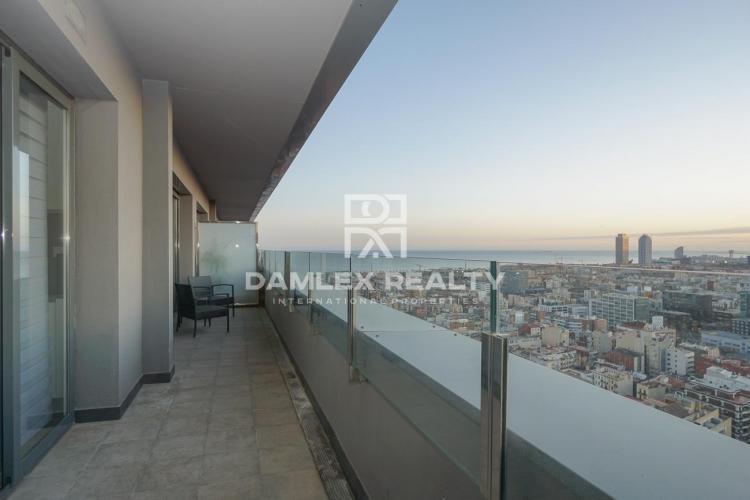 Apartamento en un edificio nuevo con impresionantes vistas de Barcelona y el mar.