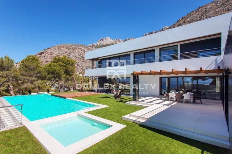 Villa de alta tecnología con vistas panorámicas al mar en una comunidad residencial cerrada con seguridad 24/7