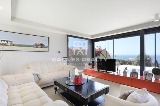 Hermosa villa contemporanea frente al mar en la Cala Canyelles