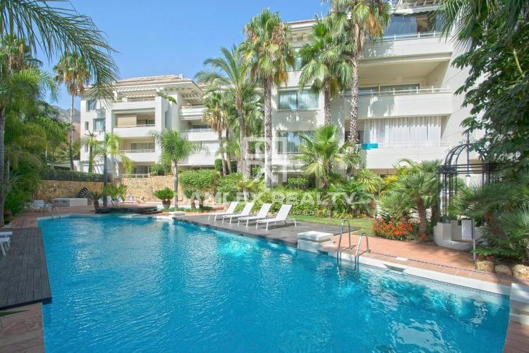Apartamento en planta baja con piscina privada y jardín
