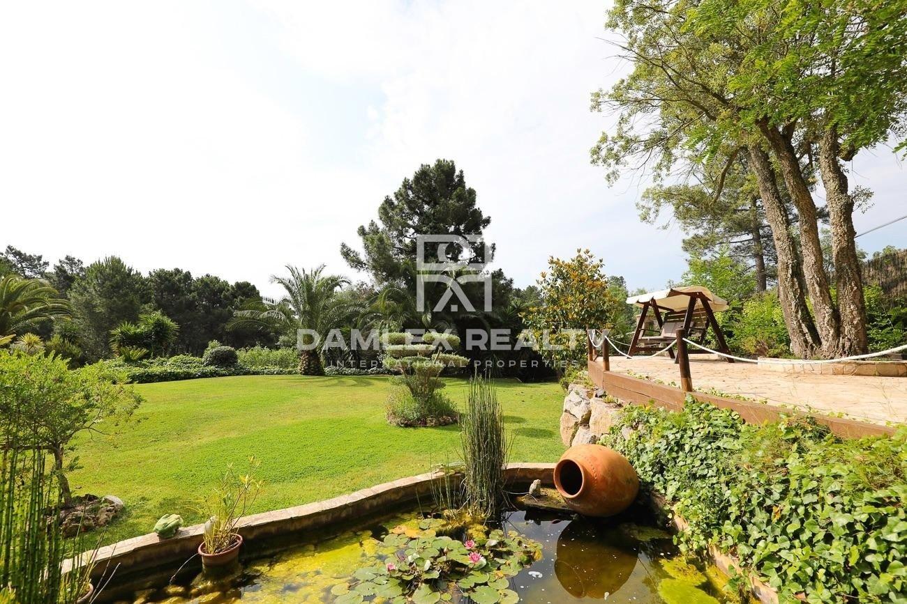 Villa en una gran parcela en una urbanización tranquila rodeada de naturaleza.