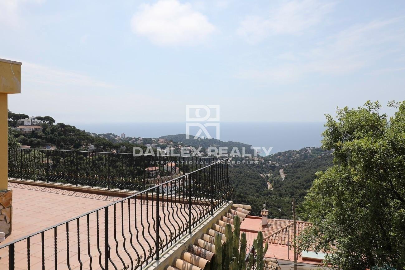 Casa con licencia turística y vistas panorámicas al mar en urbanización Serra Brava