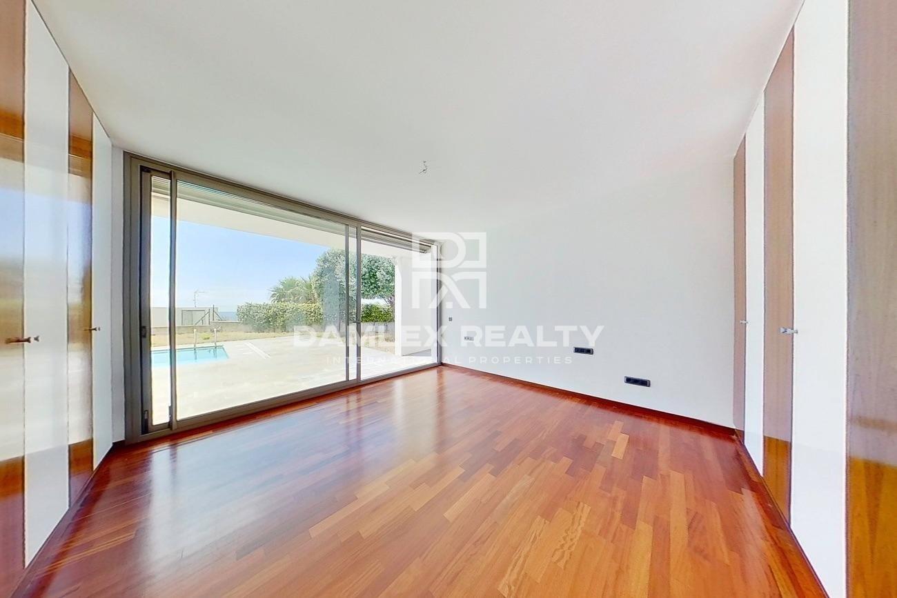 Nueva villa moderna a 5 minutos a pie de la playa.