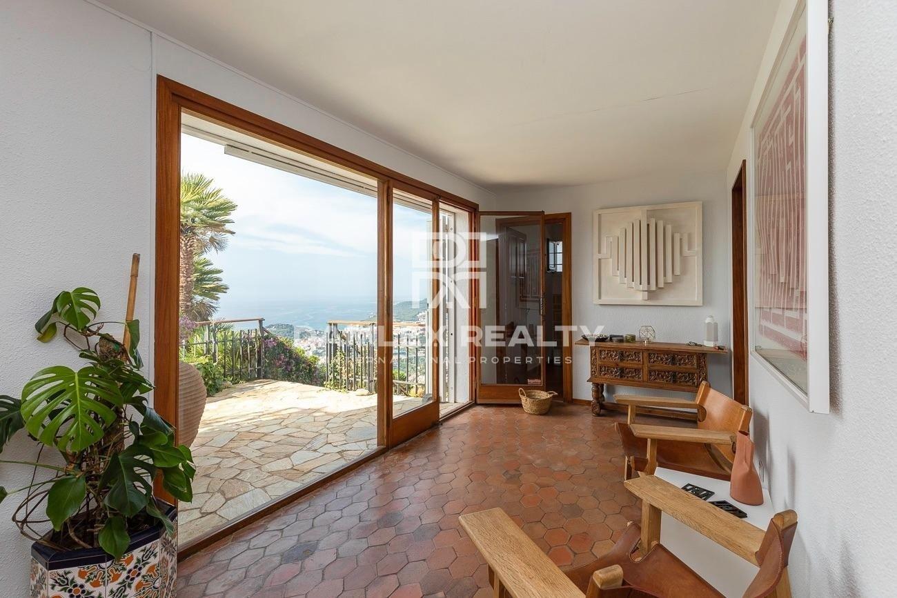 Maravillosa propiedad que ofrece vistas panorámicas al mar, a la ciudad y a las montañas circundantes, desde el punto más alto de Roca Grossa.