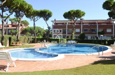 Casa adosada en un conjunto residencial con piscina