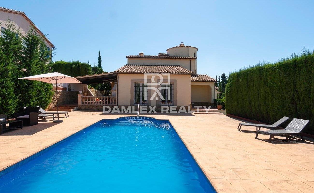 Preciosa casa de estilo mediterráneo en la urbanización Condado del Jaruco