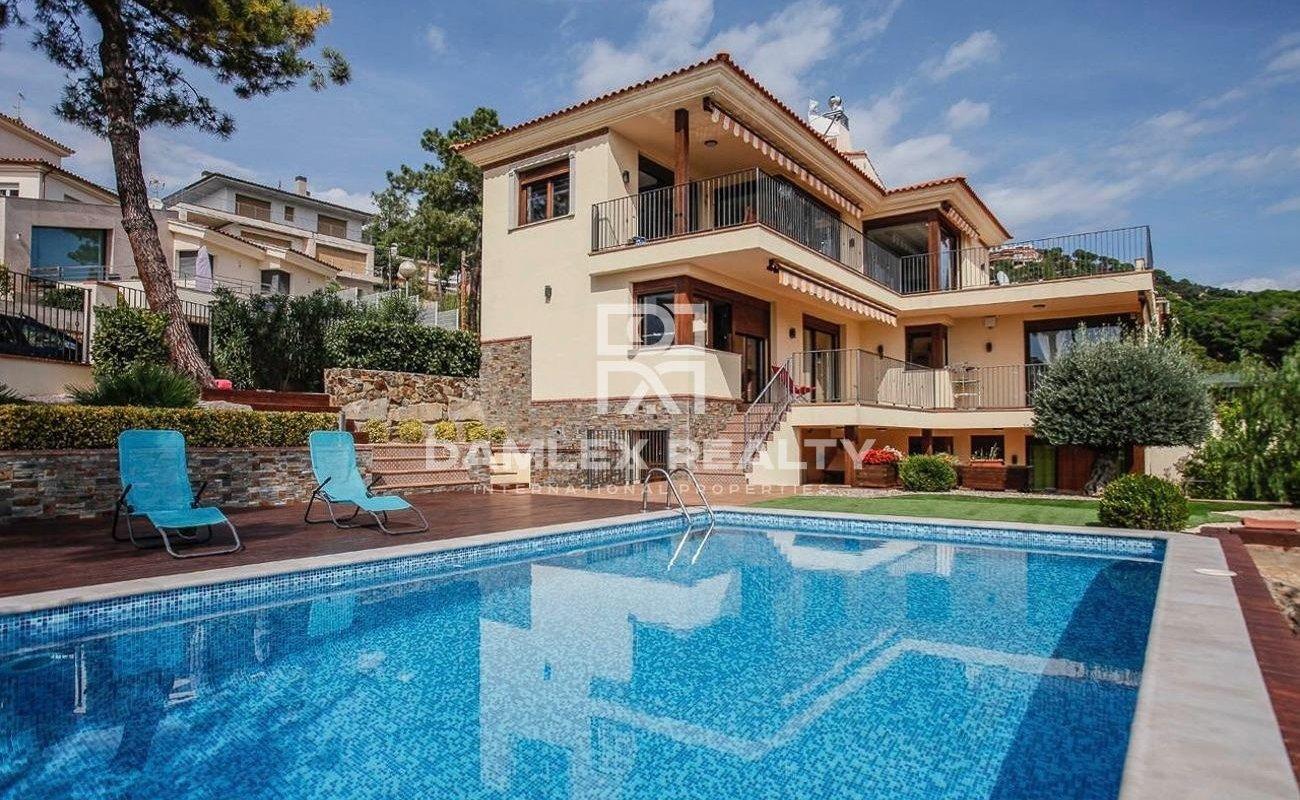 Amplia villa de estilo mediterráneo con vistas al mar, construida en 2016
