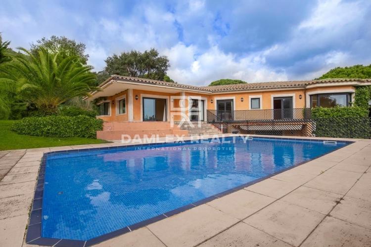 Villa con estilo en la urbanización Golf Santa Cristina