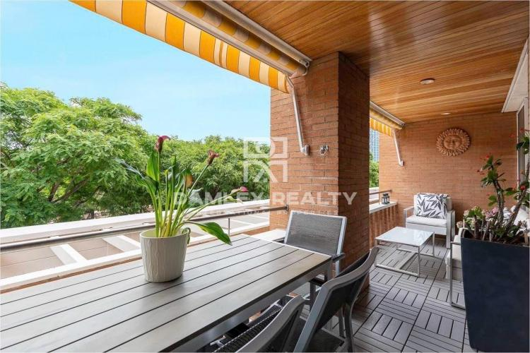 Apartamento reformado de diseño y amplia terraza en primera línea de mar en Barcelona