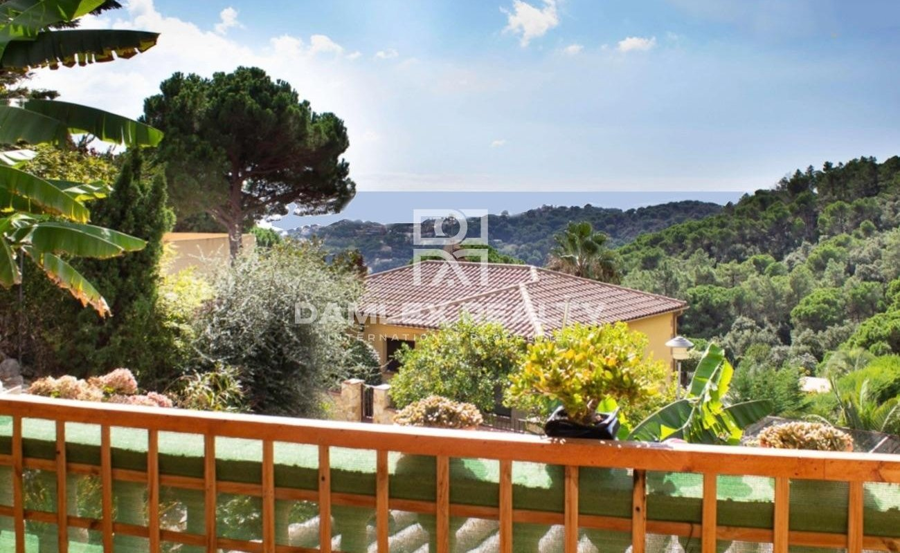 Chalet con piscina y vistas al mar en la tranquila urbanización de La Riviera