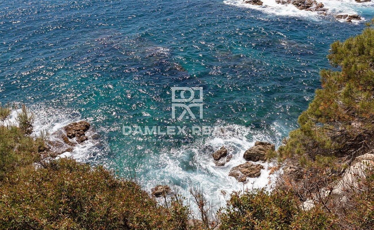 Exclusiva villa en primera línea de mar en la urbanización MontGoda