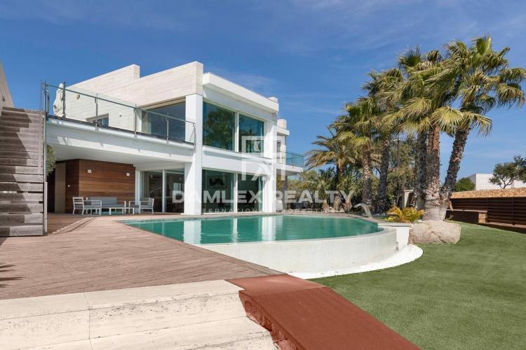 Villa de lujo con vistas panorámicas al mar en urbanización Mas Nou