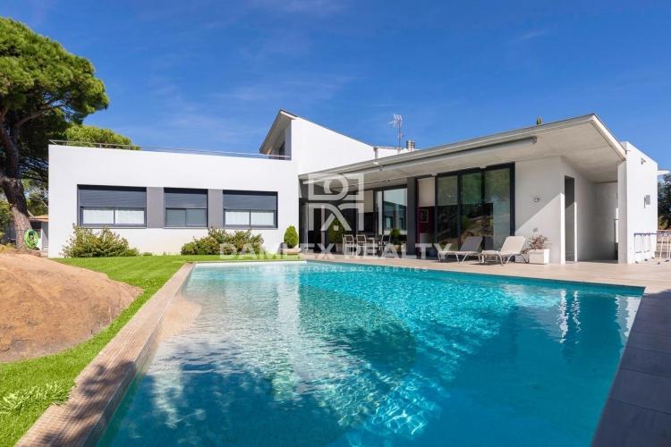 Villa moderna con vistas panorámicas al mar en la prestigiosa urbanización Les Bateries