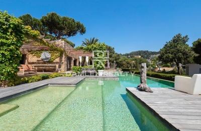 Elegante villa cerca de la playa en la prestigiosa urbanización Cala Sant Francesc