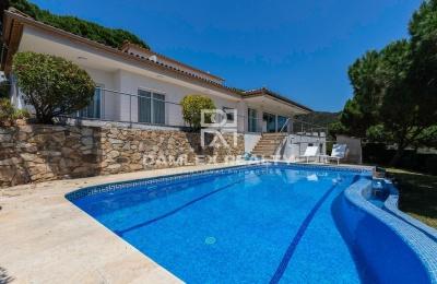 ¡Magnífica propiedad moderna con vistas panorámicas al mar!