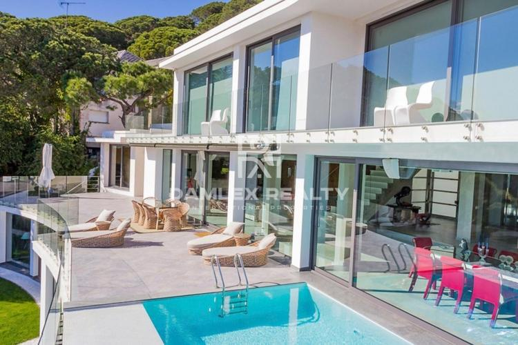 Villa de lujo en las afueras de Barcelona con vistas panorámicas al mar