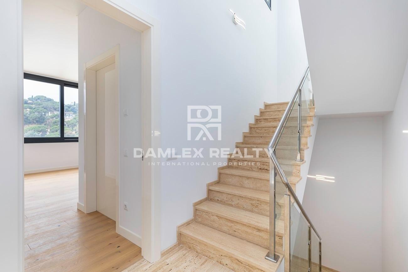 Villa nueva a 800 metros de la playa de Cala Canyelles