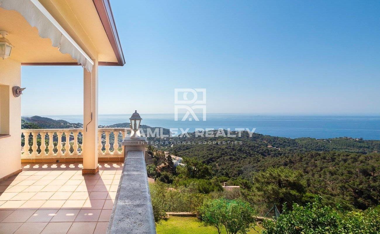 Casa con vistas panorámicas al mar en la urbanización Serra Brava