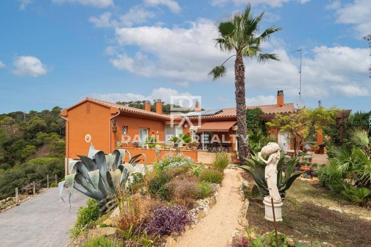 Villa con magníficas vistas al mar en un terreno de 3044 m2