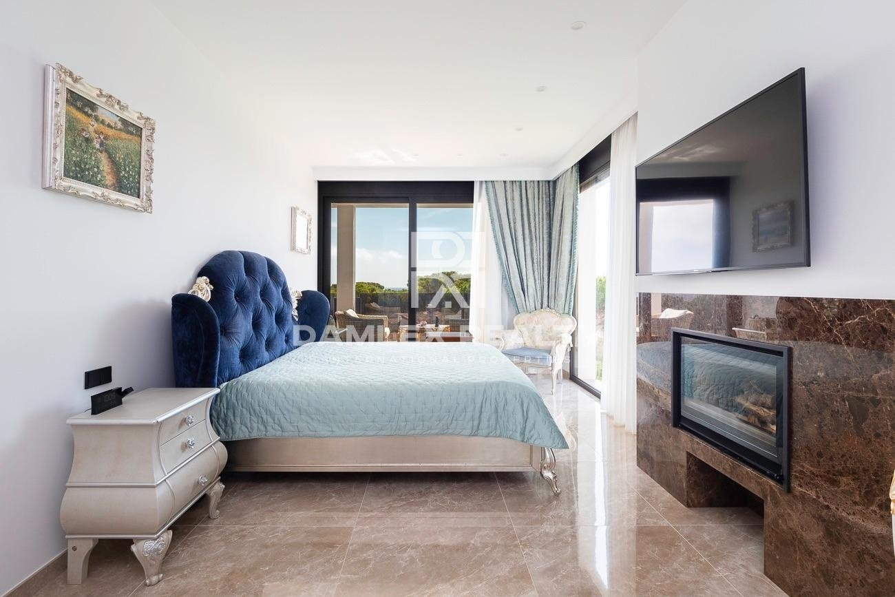 Nueva villa moderna con vistas al mar y a poca distancia de la playa