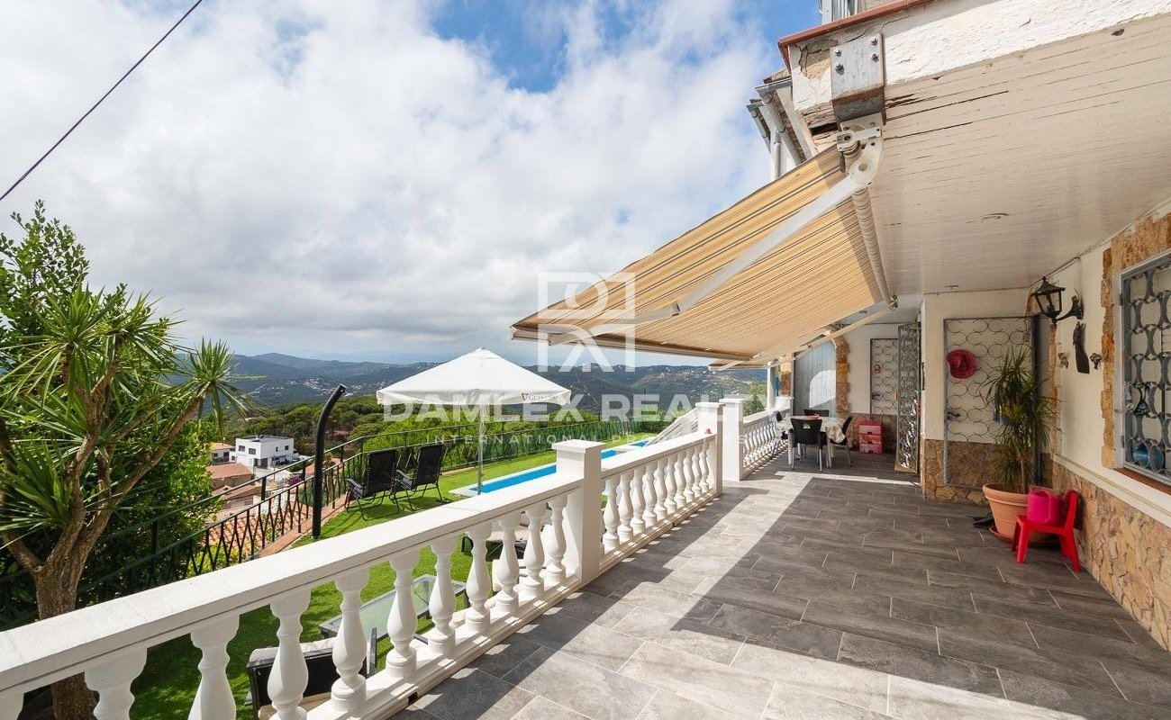 Casa con vistas al mar y montaña en la urbanización Roca Grossa