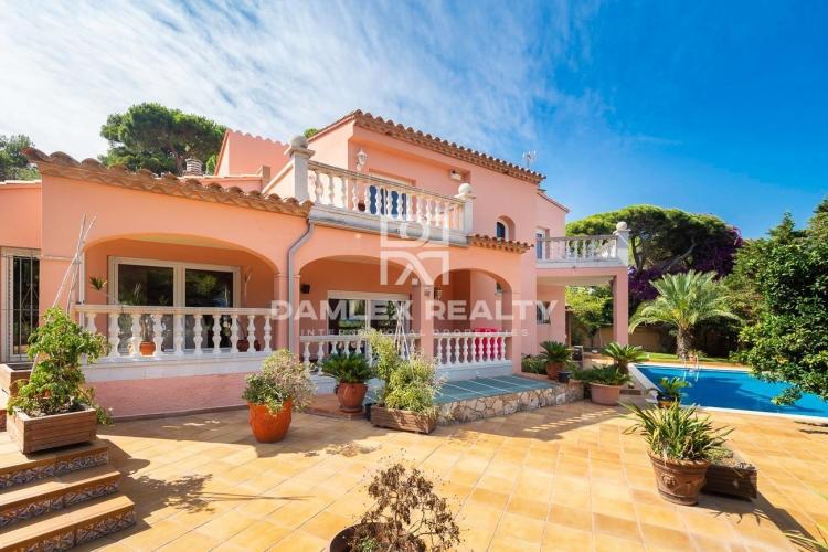 Villa Mediterránea con Vistas al Mar, Cerca de la Playa de Sant Pol