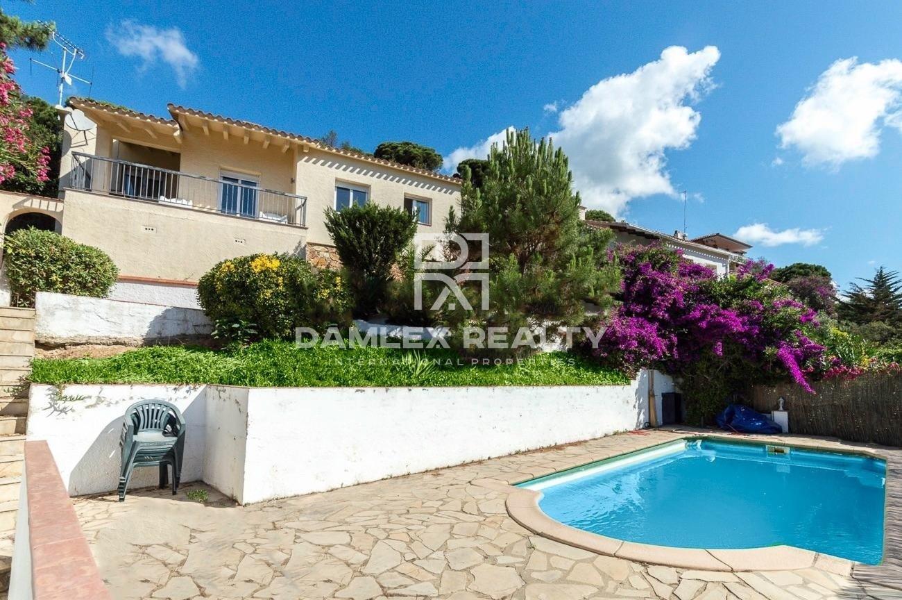 Precioso chalet con piscina y vistas al mar, en la urbanización de Serra Brava