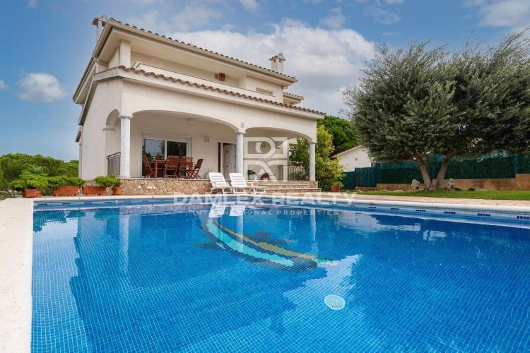 Casa soleada con piscina y vistas a la montaña en un barrio residencial tranquilo