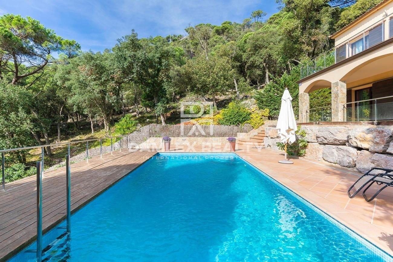 Villa con piscina y vistas al mar rodeada de pinar