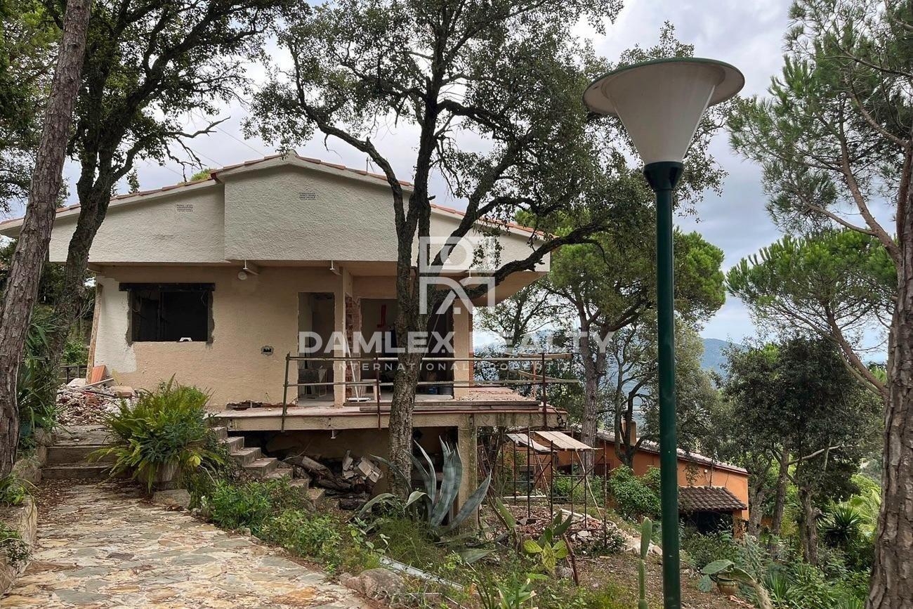 Casa para reconstrucción con vistas panorámicas al mar, parcela 1700 m2