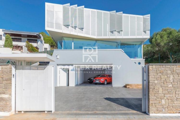 Lujosa casa de diseño vanguardista con vistas al mar