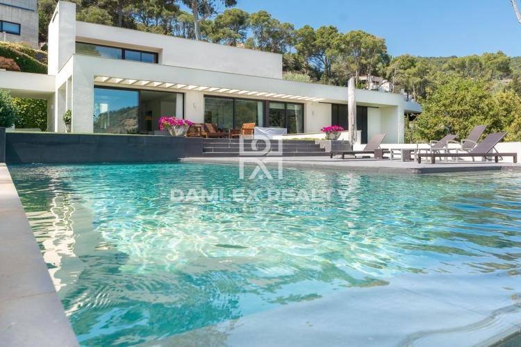 Costa Brava. Villa de estilo moderno en la primera línea del mar